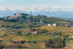Canelli, Torre deei Contini : panorama sur les vignes en automne depuis le haut de la tour -  Calosso et les Alpes enneigées